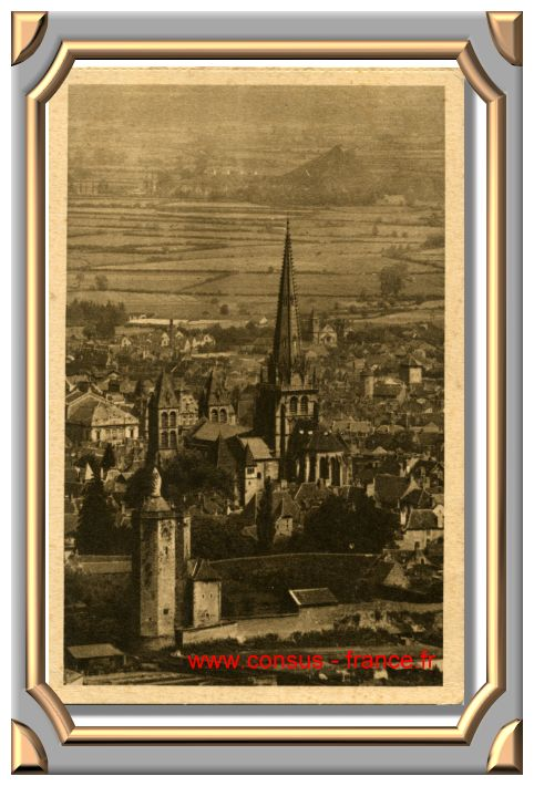 AUTUN - La Tour des Ursulines et le centre de la ville. -70-150
