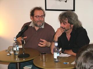 Chesús Yuste y Pedro de Paz, en la presentación de 'La mirada del bosque' en Tipos Infames (Madrid)