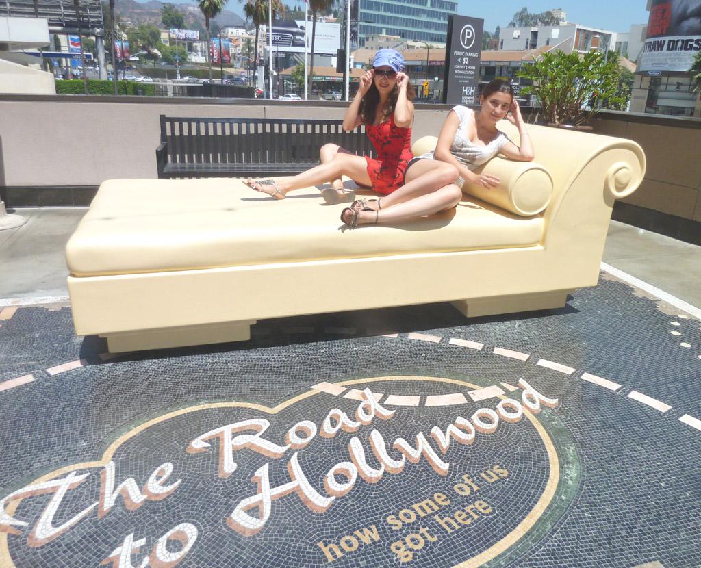 Дорога в Голливуд идет через кровать - вот как она выглядит. каждый примеряет мотоцикл Шварца и кровать