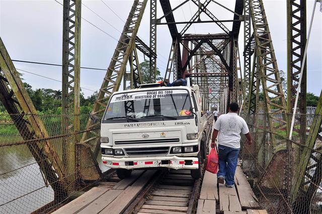 paso fronterizo con Costa Rica: En el puente que cruza el Rio en el paso de Sixaola a Guabito, ... a parte de los viejos tablones por cuyas juntas se ve el rio (no vi cocodrilos) ... hay que compartir el acceso con vehículos, que nos obligan a apoyarnos en las viejas y oxidadas barandillas ... peligrosas por las que te puedes caer al rio. paso fronterizo con costa rica - 7598165400 afef79a847 z - Panamá, paso fronterizo con Costa Rica