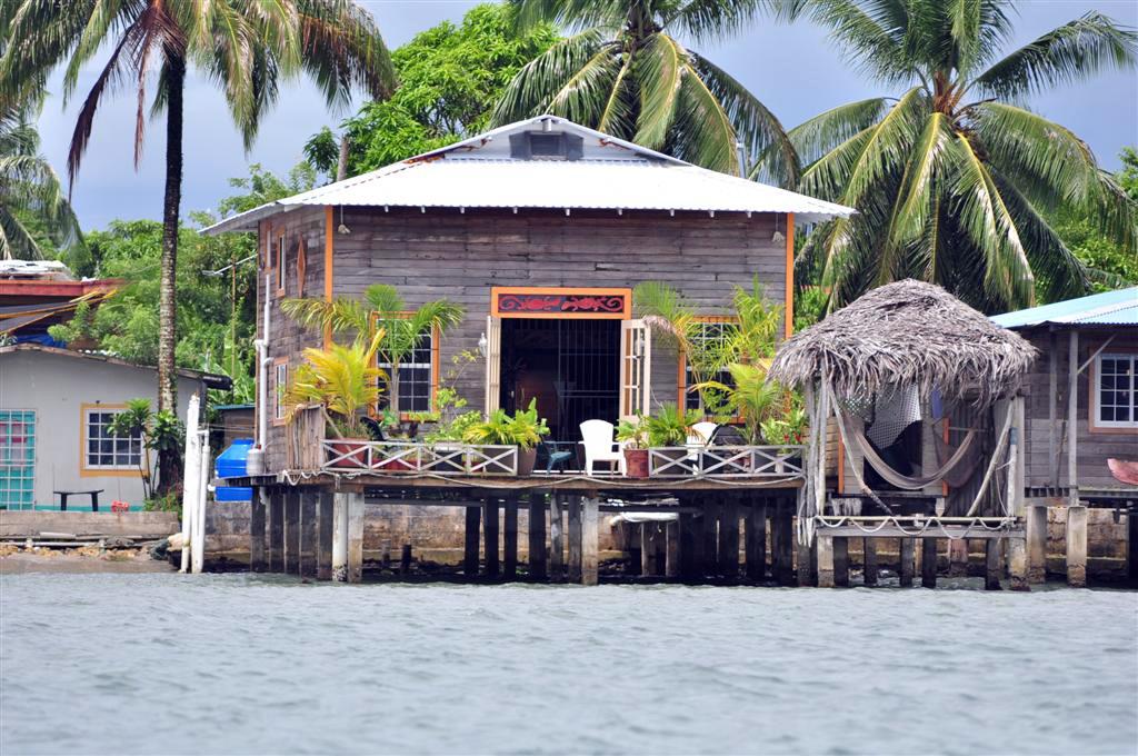 Casa Típica construída sobre el agua en Isla Colón, donde la vida es muy relajada. bocas del toro - 7598205440 85ff873d17 o - Bocas del Toro, escondido destino vírgen en Panamá