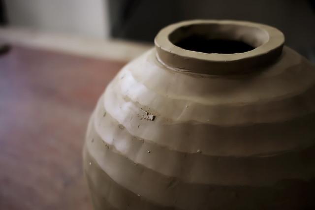 陶芸教室で。制作中のツボ。