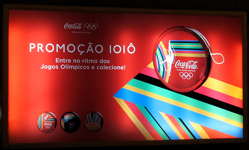 2012 London Olyimícs yoyo promo Coca-Cola Brasil newstand backlit by roitberg