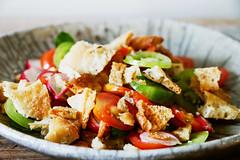 Raku-Keramik-Teller mit Schüttelbrot-Salat. Tomat…