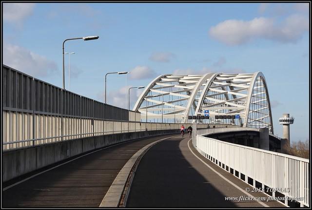 Велодорожка на мосту Van Brienenoord