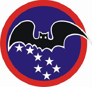 黑蝙蝠中隊的圖騰,蝙蝠的翅膀衝破鐵幕,代表任務艱難卻士氣如虹的精神;以北斗七星天文方向代表航行,三顆大星星和四顆小星星代表第34中隊。隊徽選擇「蝙蝠」的原因,是因為蝙蝠夜間以聲波來辨位飛行,和該中隊雷達電子偵測工作原理相同,所以第34中隊又被稱為「蝙蝠中隊」或「黑蝙蝠中隊」。(拯民國小提供)