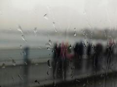 Pte Gálata, desde el bus, lloviendo.