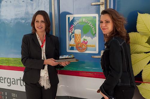 Antonia von Bassewitz (DB Regio) und Lokdesignerin Gudrun Geiblinger zeigen das H0-Modell vor dem Original
