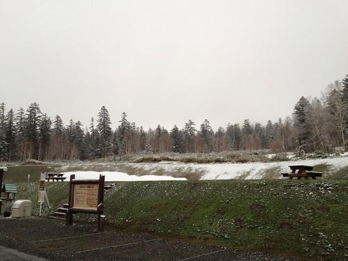 薄っすら雪化粧の白銀荘前