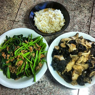 Dinner: Yam leaves w/ ground turkey, mushroom medley (trumpet, maitake, beech, wood ear) & quinoa+rice #yummy