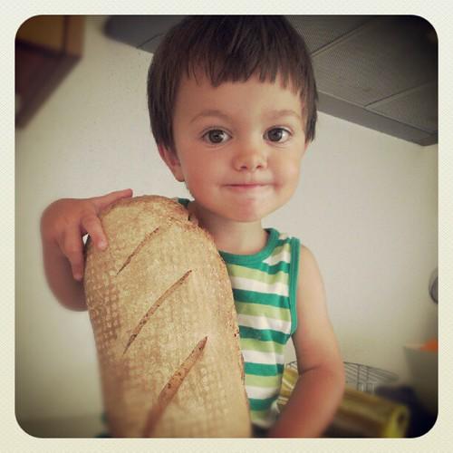 Vienen con un pan bajo el brazo