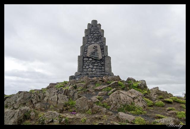 Islandia Myvatn Godafoss Akureyri Glaumbaer Vidimyrarkirkja Grundarfjordur - Monumento en una montaña