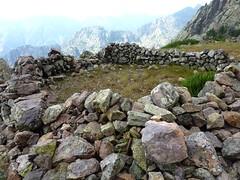 Arrivée aux bergeries de Scaffone : les ruines d'une des bergeries