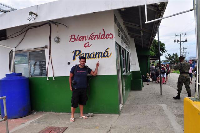 paso fronterizo con Costa Rica: Oficina de inmigración de Guabito en Panamá, donde a veces se forman colas de horas y horas ...  paso fronterizo con costa rica - 7598165954 725275bb54 z - Panamá, paso fronterizo con Costa Rica