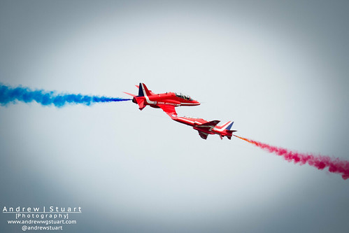 Red Arrows passing each other