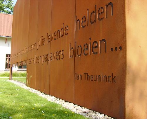 Poessay van Jan Theuninck (°1954) in een gevel van cortenstaal(bibliotheek De Letterschuur te Zonnebeke)