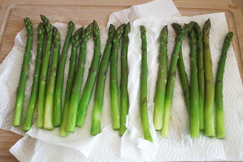 22 - Spargel trocknen lassen / Drip asparagus