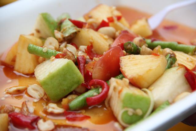 Som Tam Ponlamai (Spicy Fruit Salad) ส้มตำผลไม้