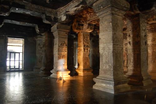 Im Shiva Tempel sieht man die künstlerische Arbeit der Steinmetze, perfekter gerader Boden, verzierte Säulen