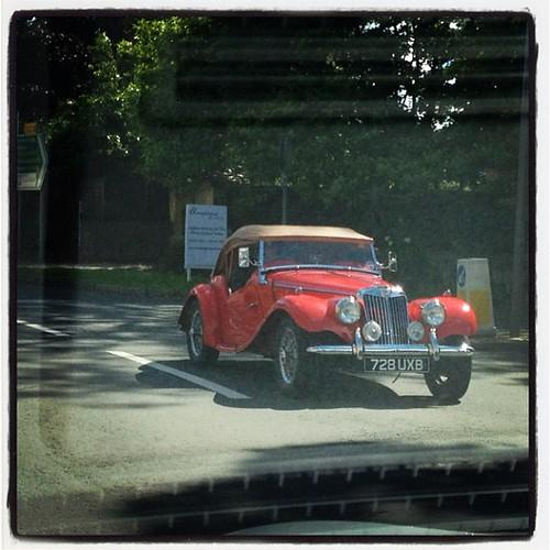 Nos cruzamos con varios. Es el coche emblemático para recorrer la campiña: un pequeño descapotable rojo.