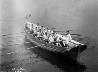 Royal Naval College of Canada' rowing crew in a racing boat, Halifax, Nova Scotia, circa  1911 / Équipe d'aviron du Royal Naval College of Canada à bord d'une embarcation de course, Halifax, Nouvelle-Écosse, vers 1911