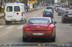 BENTLEY Continental GT sur la route entre Vladykino et Gorbouchka