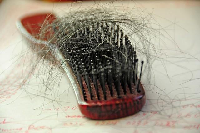 spazzola piena di capelli