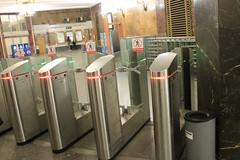 Bornes de sortie dans la station de métro