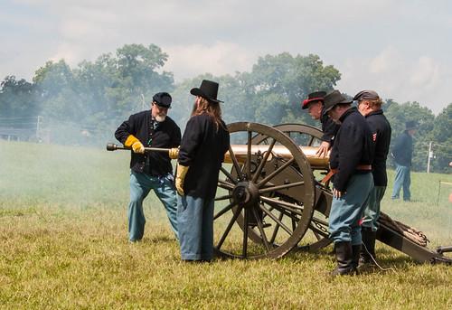 Artillery Battle crew reloading
