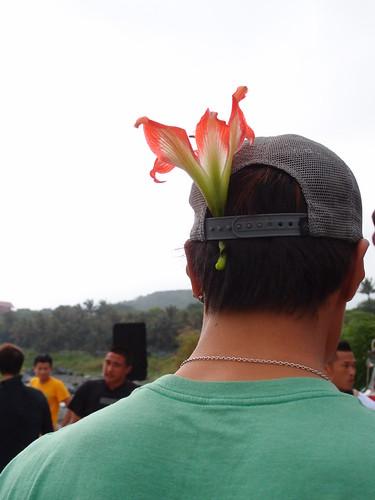 衝浪者們皆攜帶鮮花,將獻給海神。
