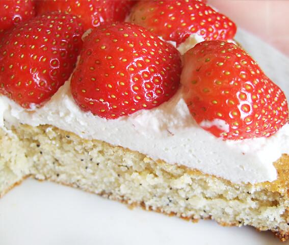 Citroen maanzaad cake met slagroom en aardbeien