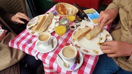 Petit déjeuner à la française width=