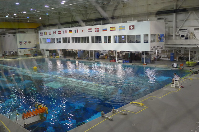 Das riesige Trainingsbecken des Neutral Buoyancy Laboratory (NBL)