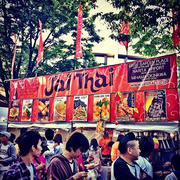今年もタイ フェスティバルが開催中!明日が最後の日なので、見逃さなく!いっぱいの美味しいタイ料理が食べられる!このジャイタイのタイ風焼鶏がオススメ! Thai Festival 2012 at Yoyogi Park! Tomorrow's the last day yo! Don't miss it!