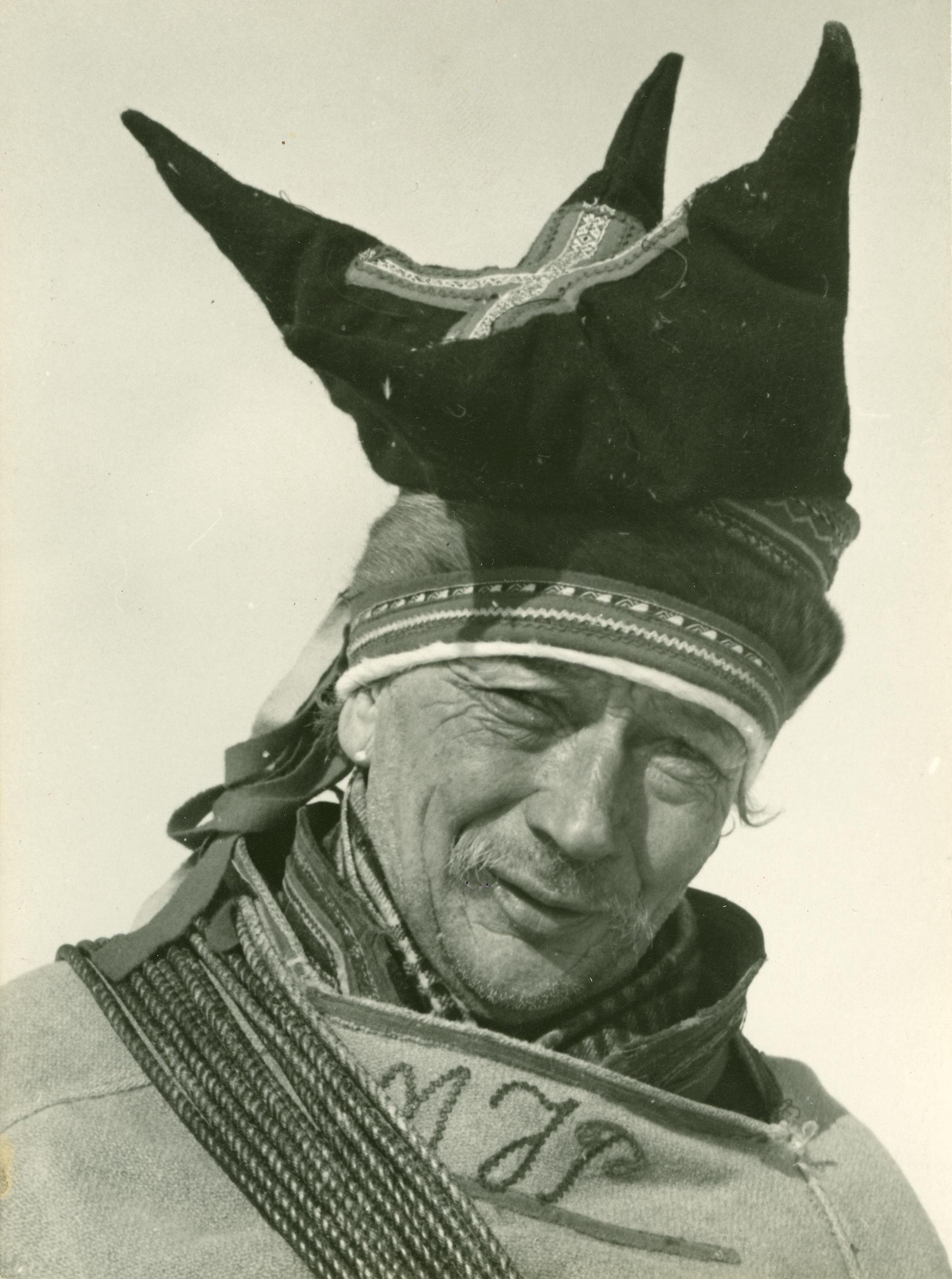 Mattis Johansen Pentha har i ca. 60 år loset posten fram over Finnmarksvidda i kamp mot storm og varg.