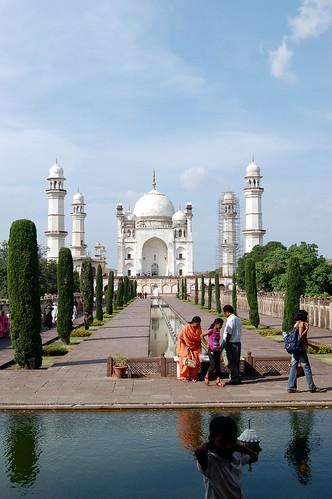 Das kleine Taj Mahal ist unsymmetrisch, die Türme sind höher als die Kuppel