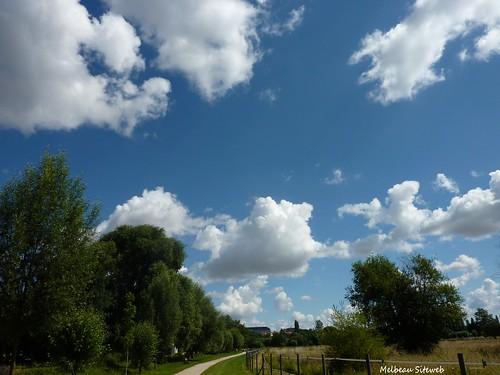 Cumulus sur le chemin