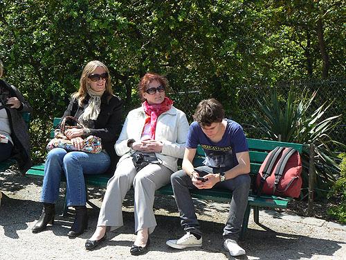 trois touristes aux buttes chaumont.jpg