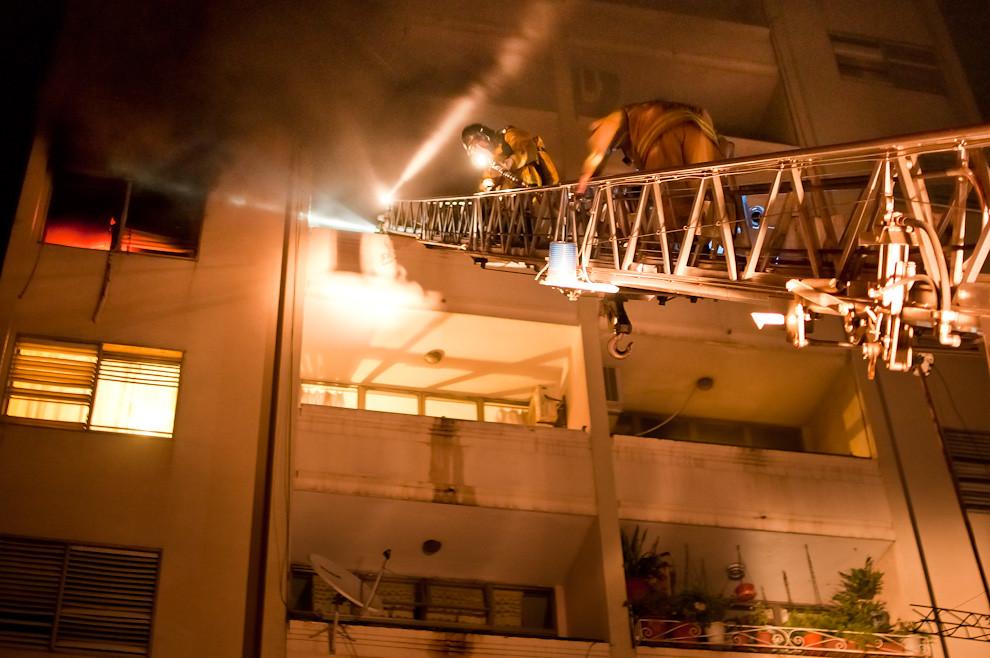 """Los bomberos de la 3ra Compañía """"Sajonia"""" suben por la escala hasta un cuarto piso en donde se produjo un incendio de mediana magnitud en la zona de Herrera y Tacuary el pasado 17 de marzo en horas de la madrugada. Esta es la especialidad de los bomberos de la 3ra. Compañía, debido a su jurisdicción que cubre toda la zona céntrica de Asunción los bomberos están entrenados principalmente para rescates de altura e incendios de edificios. (Elton Núñez)"""