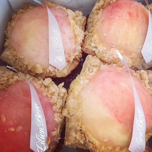 今が旬、桃のパイ。
