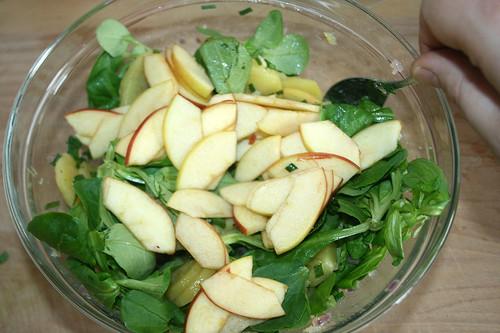 40 - Apfelstücke unterheben / Fold in apple slices