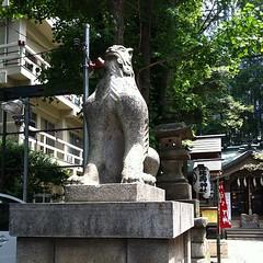 狛犬探訪 鬼王神社 鳥居の側の狛犬はちょっと変わった姿