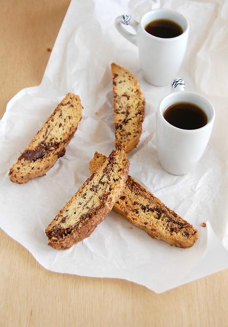 Nibby chocolate marble biscotti / Biscotti marmorizado com semente de cacau