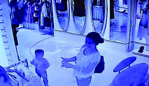 The young mother pretended to be rich customer, to distract the employee's ...