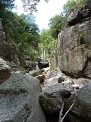 Remontée de la Frassiccia : boyau rocheux après le contournement