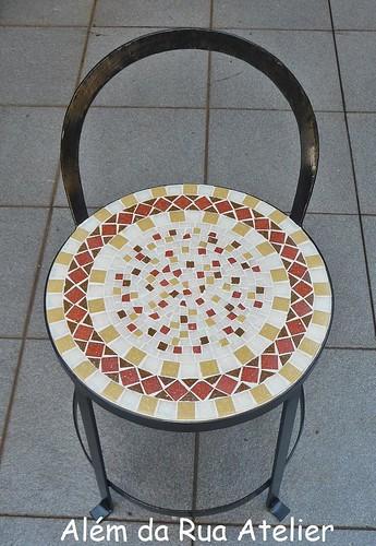 Banco de ferro, com assento em mosaico
