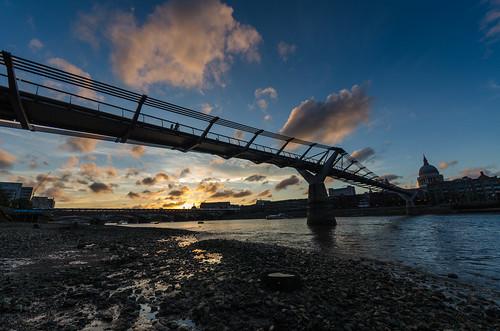 uk bridge light sunset england sky london water thames clouds river boat sonnenuntergang footbridge unitedkingdom pebbles millennium millenniumbridge stpaulscathedral riverbank ufer blackfriarsbridge