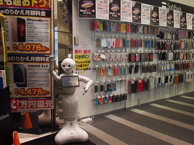 通訊行門口的pepper機器人