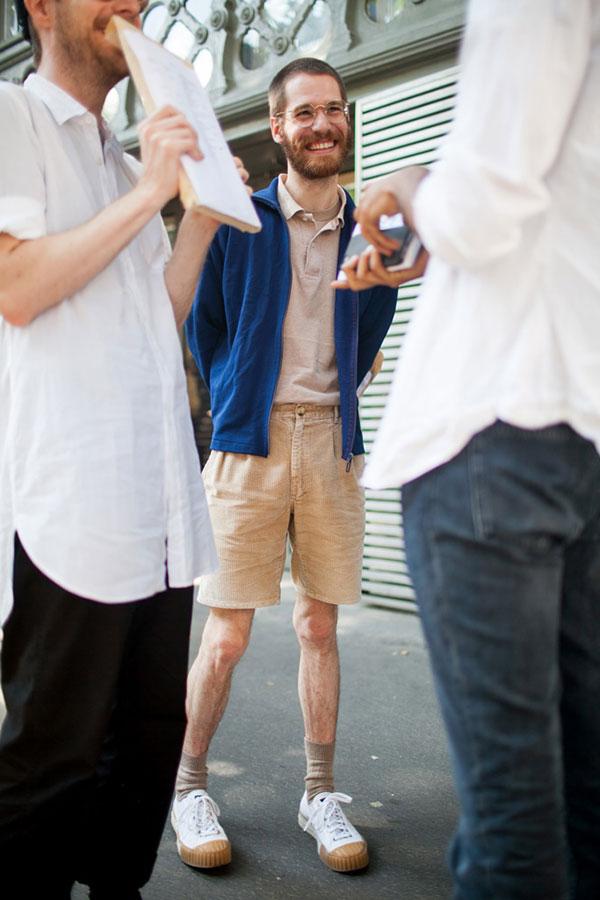 ネイビードリズラー×ベージュポロシャツ×ベージュハーフパンツ×白スニーカー