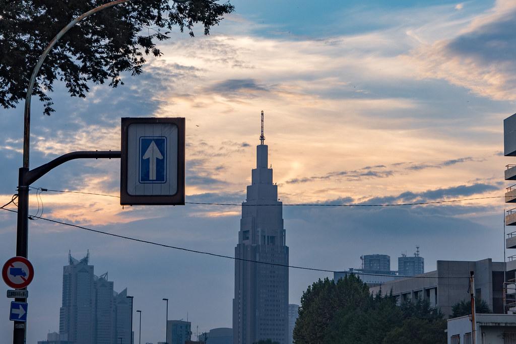信濃町駅前からドコモタワーを望む (夕暮れ)
